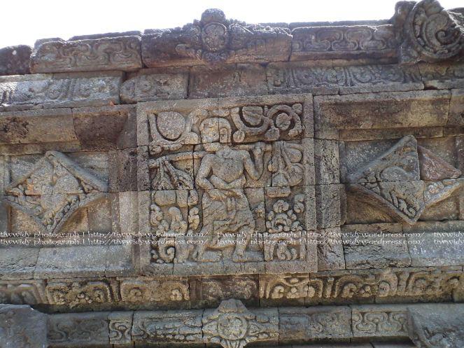relief pikulan Candi Tegowangi