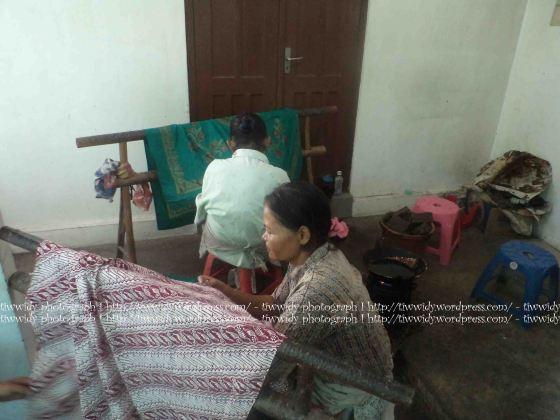 Ibu-ibu mengerjakan Batik Tulis (Batik TOPO HP, Bantul, Yogyakarta)