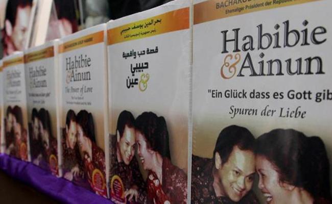 Novel Habibie & Ainun dalam 3 Bahasa