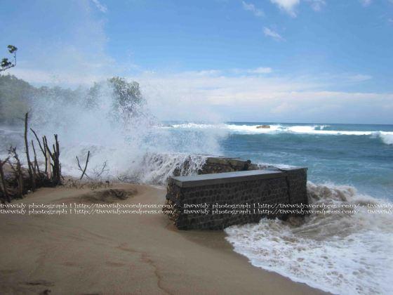 Moment splasing wave di pantai tambakrejo, Blitar