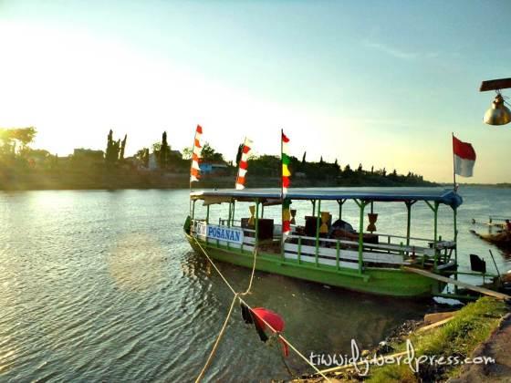 Kapal Bersandar di Sungai Brantas Kediri