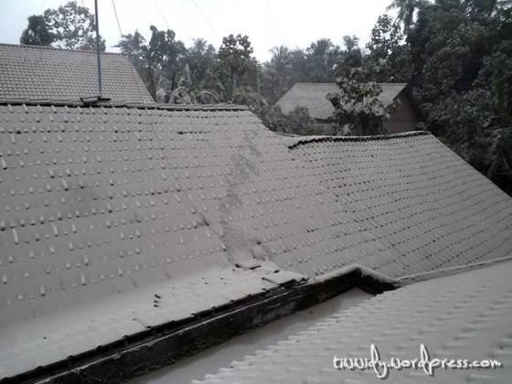 Atap-Atap berselimut Pasir Vulkanik Gunung Kelud