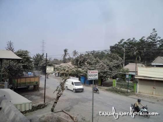 Suasana Pagi Pasca Hujan Pasir Vulkanik Gunung Kelud di Jalan Raya Wonokasihan