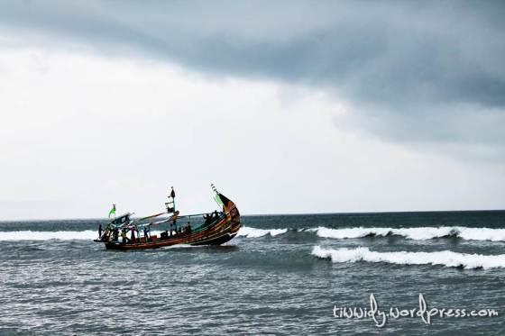 Kapal yang memecah Deburan Ombak Pantai Selatan di Pantai Grajagan, Banyuwangi