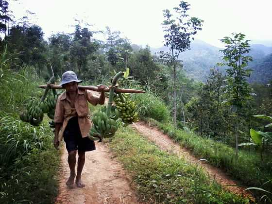 Penduduk sekitar yang sangat bergantung pada alam