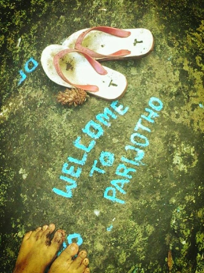 """Batu Besar dengan Coreten """"Welcome to Parijotho"""" berwarna Biru"""